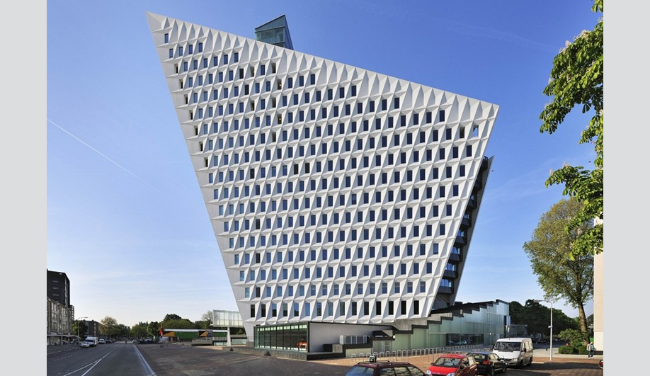A bold new municipal building in The Hague 02
