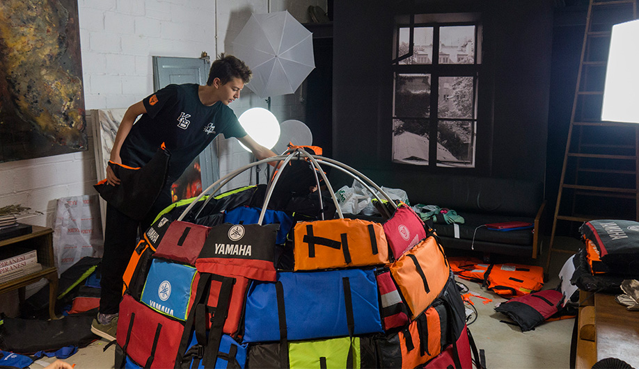 Azure-An-Emergency-Shelter-Made-From-Lifejackets-04