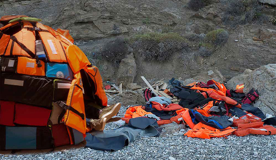 Azure-An-Emergency-Shelter-Made-From-Lifejackets-07