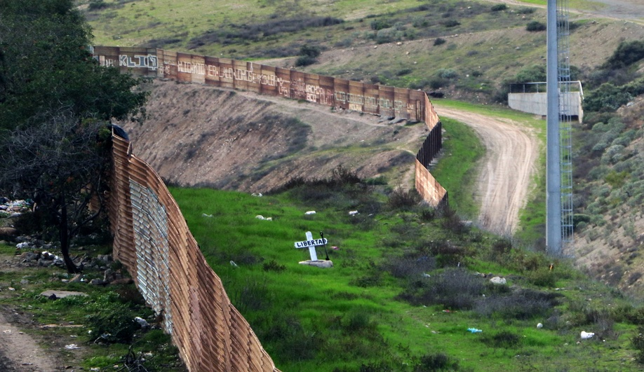 chim-pom-treehouse-us-mexico-border-trump-wall-5-azure