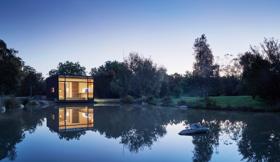 Vacation Architecture: A Low-Tech Lakeside Retreat in Australia