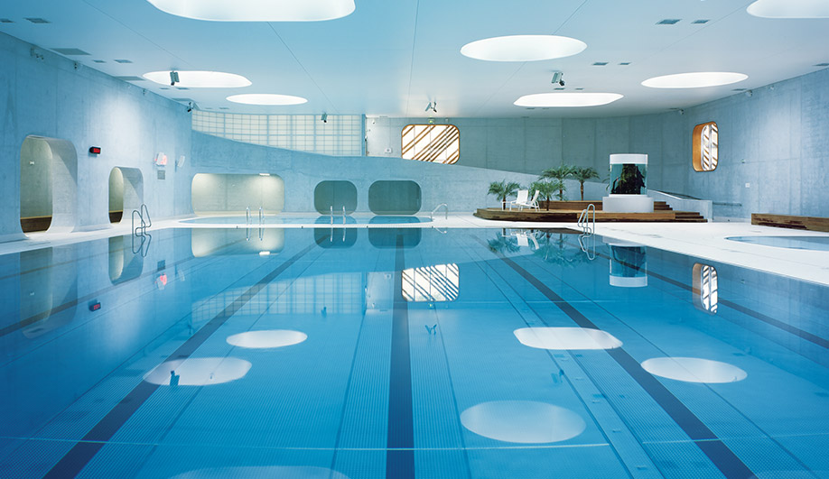 This public swimming pool near paris looks like a spa for Public swimming pools paris