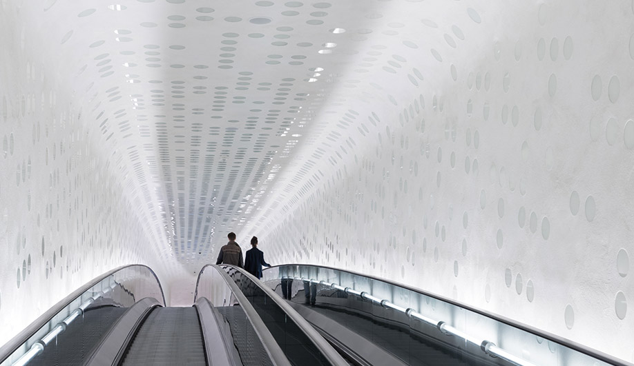 An 82-metre-long escalator takes visitors to the rooftop. The ride up was kept deliberately plain, revealing little of the building's structure until the arrival at the top.