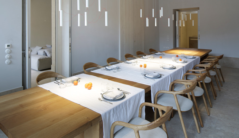 The dining room consists of a long oak table beneath Simbiosi lights by Davide Groppi.
