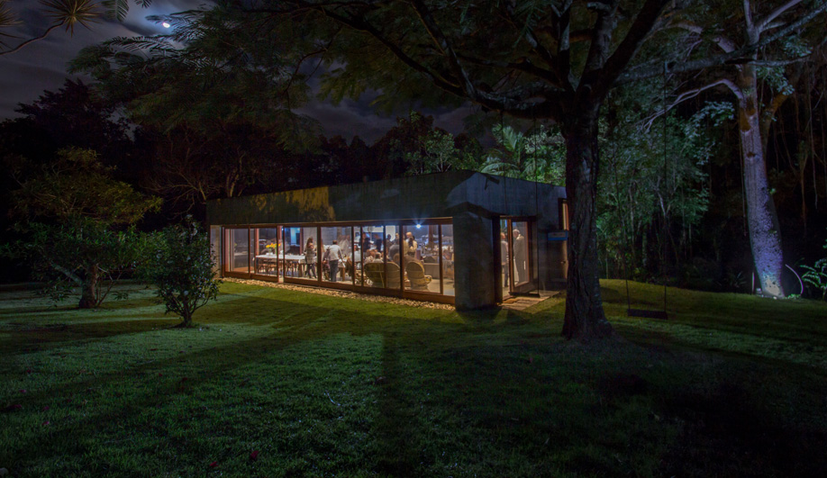 A Concrete Pavilion Brings Together an Extended Family in Brazil