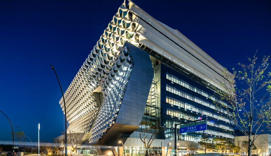 In Seoul, Morphosis Unveils a Futuristic Building Inspired by High-Tech Fabric